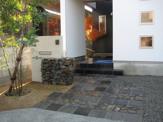 グリ石敷き-自然石275角板石敷き
