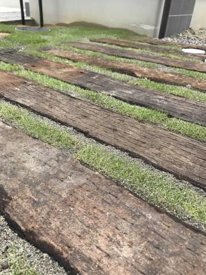 枕木と芝生