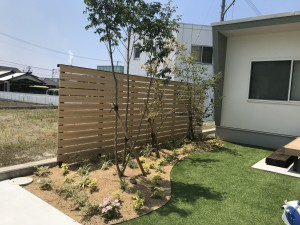 植栽と人工芝で造るくつろげる庭
